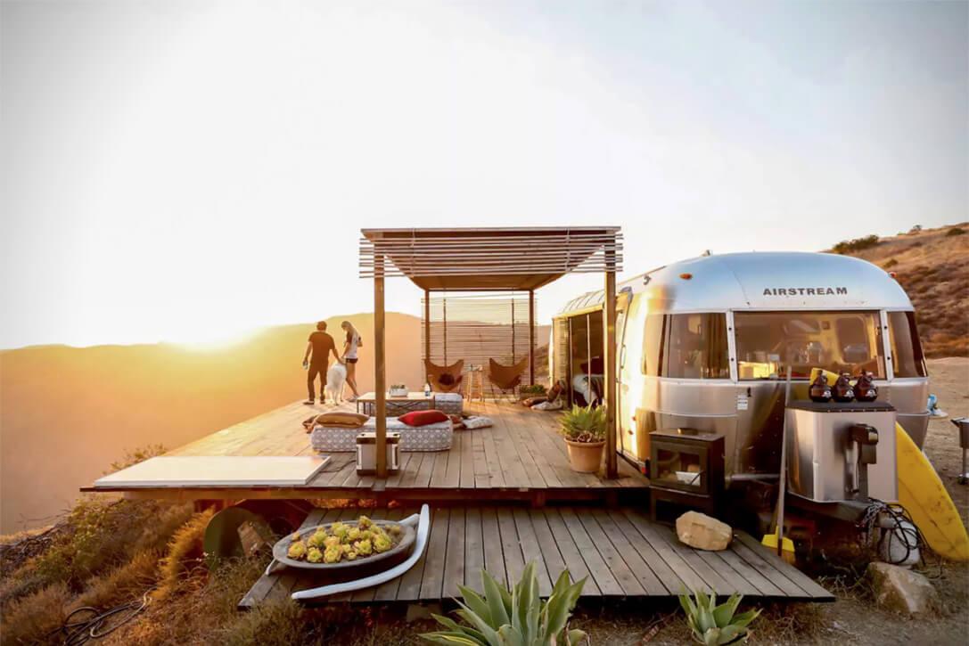 カリフォルニア州のマリブにある民泊施設です。朝日が綺麗に見渡せる山頂に位置しています。車を一部改造していますね。