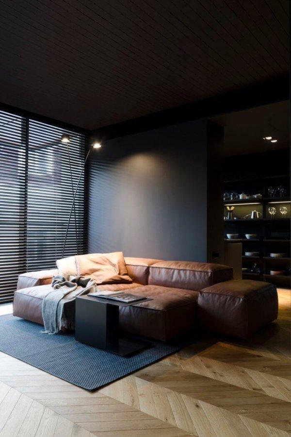 フローリングはヘリンボーンです。ソファーはキャメルレザーで壁面がブラックカラーでかなりシックな印象です。ブラインドもブラックで合わせています。