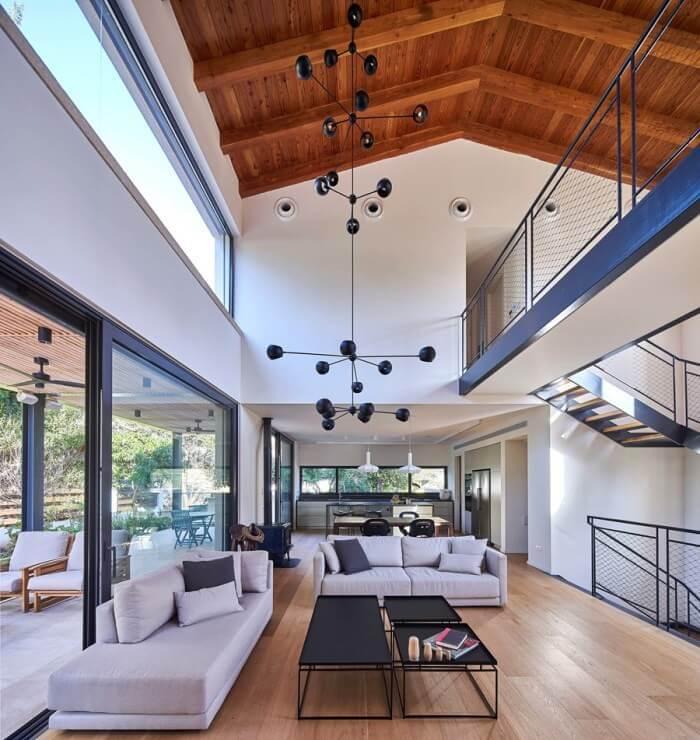 明るいフローリングで吹き抜けになっている建築です。家では三角屋根で床よりも少し濃い木材を使っています。バルコニーも非常に広く開放感があります。もう色で迷わない!床が明るい色のフローリングの部屋のおしゃれなインテリア実例集
