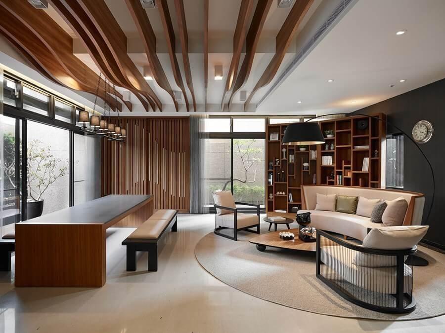 内装でかなりアートな印象を与える物件です。白いタイルにウォールナット型の家具を配置しています。ソファーもラウンドしたデザインでホテルのロビーのような印象です。ラグマットも楕円形で揃えています。