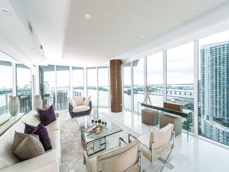 高層マンションで景色が素晴らしい部屋ですね。このように景色が素晴らしい空間は家具自体がアピールする必要性はありません。白いタイルにベージュ系のソファーで合わせておりどれだけ空間がよく見える日は某4日によって変わってくるということがわかりやすい事例です。