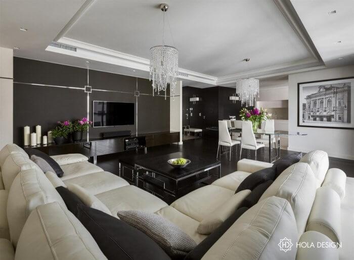 黒い床と黒い家具にシャンデリアでゴージャスな空間に。