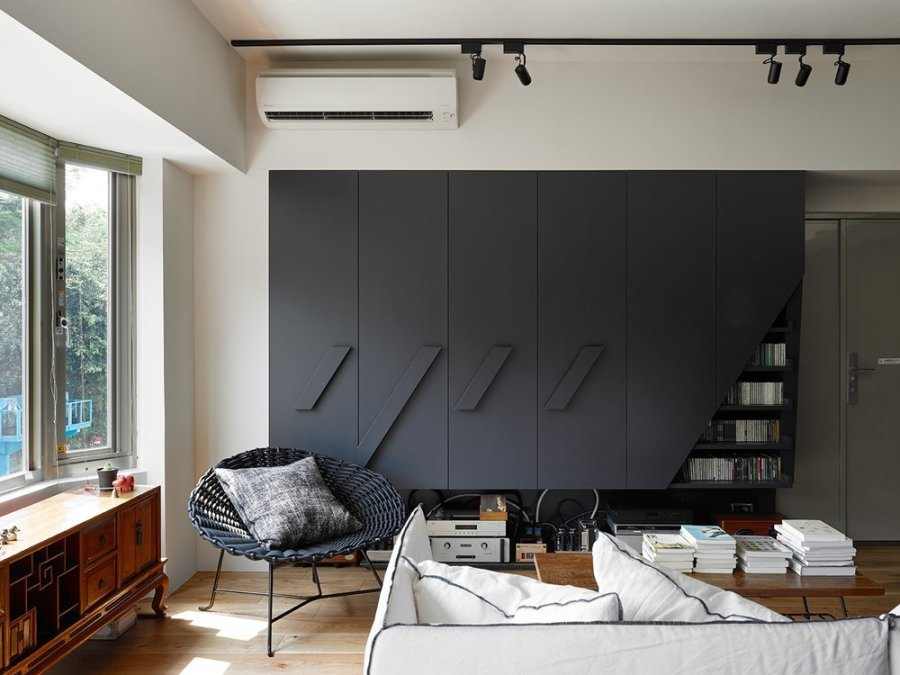 明るいフローリングの色にブラックの造作家具がポイントになっているお部屋です。一見モダンな印象ですが窓の前にあるサイドボードはかなり使い込まれたものです。モダンインテリアとクラシックな家具でアクセントにしているミックススタイルですね。