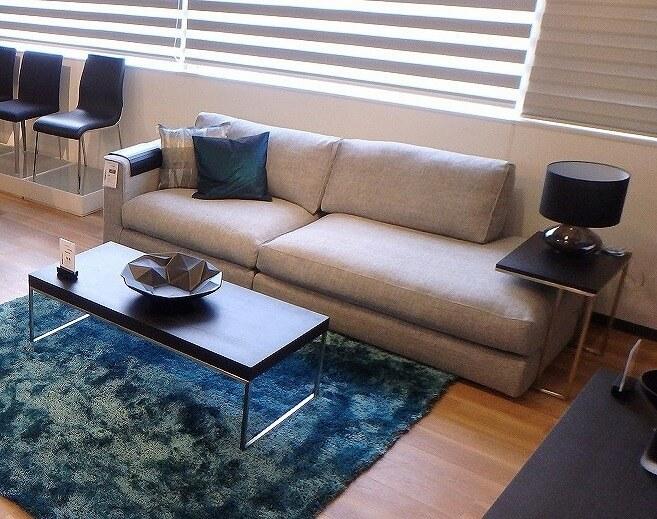 カウチソファとは? でご紹介した通り、カウチソファはゆったりくつろぐためのソファです。ベッドのように寝そべったり、足を伸ばしてゆったりくつろぐためのソファが欲しい人にオススメのソファです。広めのリビングやホテルのロビーが最適ですね!