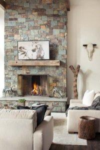 ラスティックスタイルには必須条件の暖炉。暖炉を構成している石の色もグリーンがかっていて壁の白とコントラストがはっきりしている。