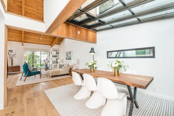 1枚板テーブルにパントンチェアを合わせています。白い壁とバランスが整っています。内装で天井の1部ナチュラルブラウンカラーがあって全体的に色遣いが上手ですね。