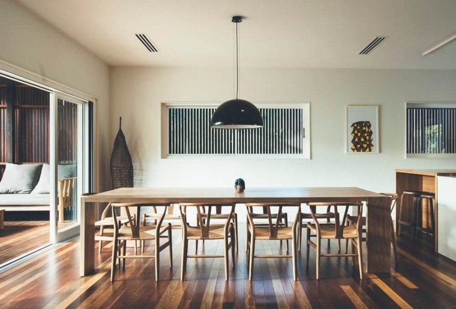 ナチュラルな印象ですね。テーブルはかなり大きいと思われます。デザインがシンプルなのでチェアが引き立ちます。