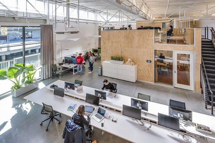 オープンワークとミーティングエリアはウォータービューに面し、1階と2階のパビリオンのような部屋があり、メインワークスペースを別々の作業エリアとコラボレーションゾーンに分けています。サービススペースは頑丈な背骨で構成され、桟橋の長さを走るドライブ通路からアクセスできます。
