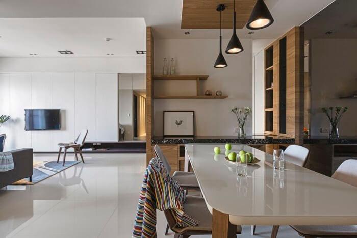 艶のあるタイルの床で家具の光沢のあるものを使用しています。全体的に高級感があります。内装と価格が統一されることで空間がまとまってくることがわかりやすい海外インテリア事例です。