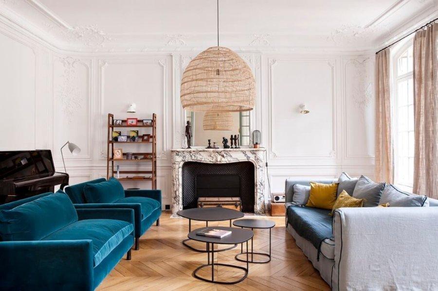 フローリングはナチュラルカラーのヘリンボーンです。3人掛けのソファーと1人用のソファーを2つ置いています。色をわざと変えていることで空間に遊びができます。応接間のようなかしこまったイメージを崩すには上手な方だと思います。
