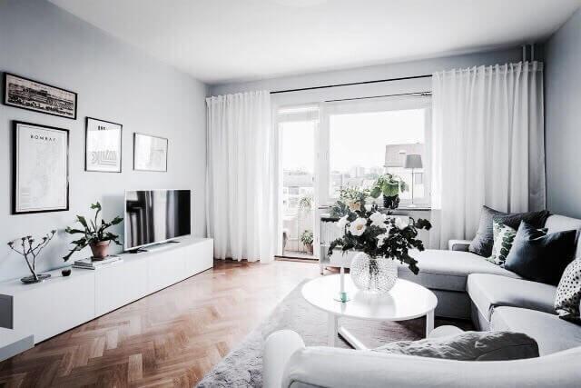 ヘリンボーンの床に白いテレビボードでコーディネートされた空間。壁の色は淡い青色で塗装されています。白と水色で全体的に淡い色でまとめているので爽やかな印象です。