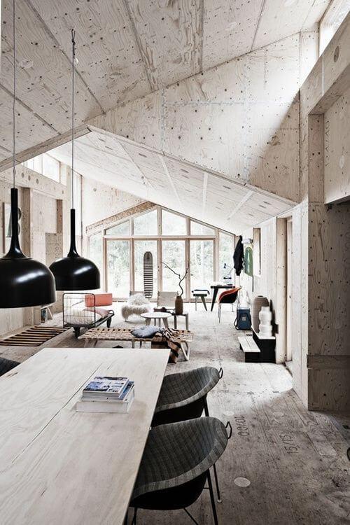 天井の勾配がいびつな印象ですが空間に動きがあって個性を放っている海外のインテリア。