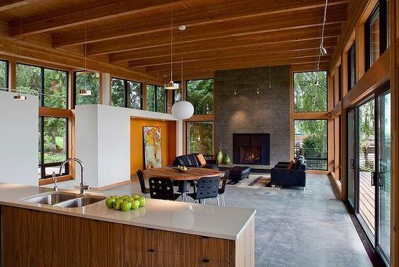 グレーの壁が暖炉の存在感を強調しています。