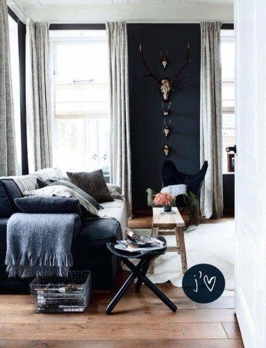 節のあるフローリングにダークグレーのソファーが配置してあります。壁の色もダークグレイで揃っています。バタフライチェアはブラックでシックな印象です。