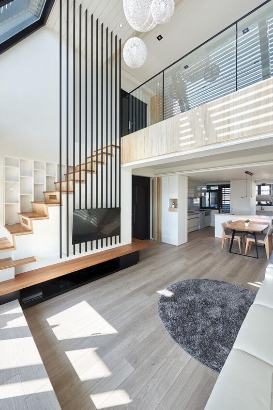 階段の手すりとテレビボードの収納部分でブラックを使用して引き締め効果がでています。