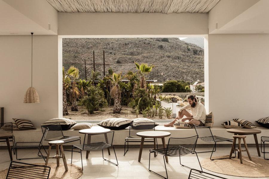 ギリシャのホテルCasa Cook Rhodesのパグリックスペース。窓がなく風を感じることができる空間です。湿度が低い気候でなければできないと思います。