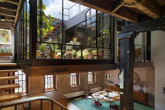 煉瓦造りの1階部分と2階部分のテラスが一体感にあふれています。