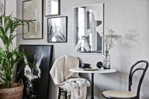 グレー壁面といくつかの絵を無造作に飾っている海外インテリア事例