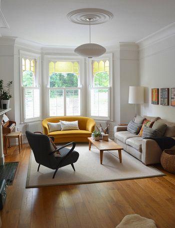 部屋の行き止まりにアクセントになる色のソファーを配置していることで部屋に奥行きを感じさせることができます。今回のソファーはからし色で部屋に温かみを感じさせてくれています。ラグマットはかなりシンプルなものを敷きています。