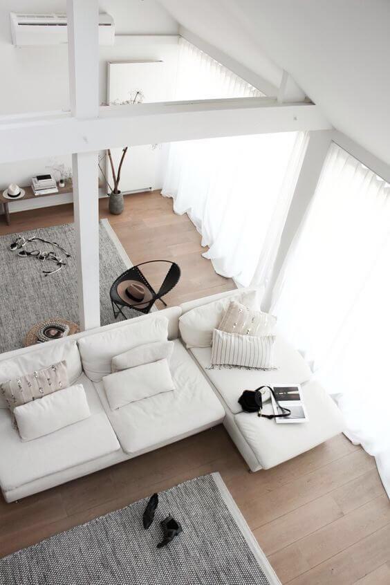 明るいフローリングで梁の色もホワイトで非常に清潔感のある空間です。