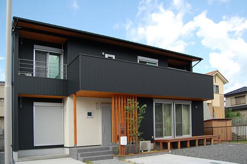 ガルバリウム鋼板外壁のメリットは、耐久性、耐食性が良い・熱反射率や耐熱性に優れていることです。 また、見た目がスッキリとしていてモダンな雰囲気が出ます。ホワイトからブラックまでカラーバリエーションも豊富で、意匠性のあるデザインもあります。住宅の外壁だけでなくカフェ等オシャレなお店の外壁材としても使われています。