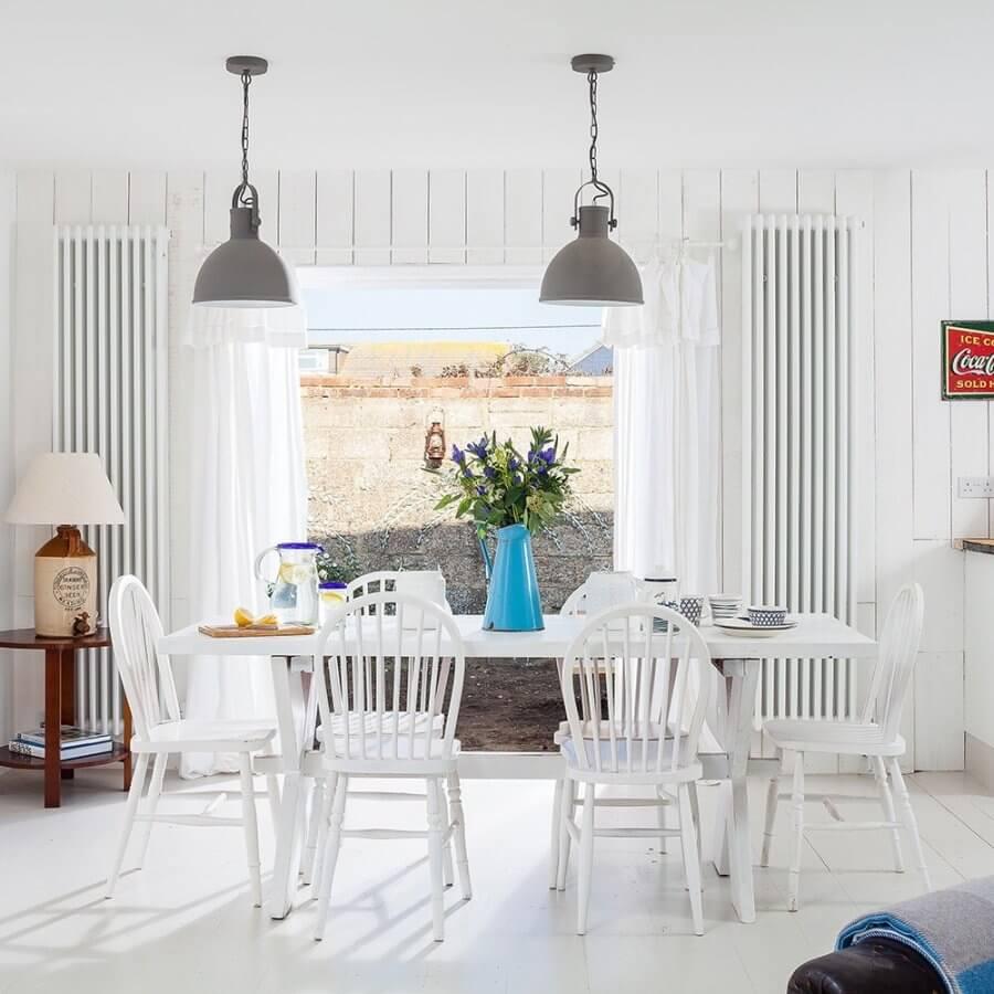 ホワイト床にホワイトのダイニングテーブルとホワイトのダイニングチェアです。大きな家具をできるだけ家に馴染ませることでテーブル上のデコレーションが際立ちます。