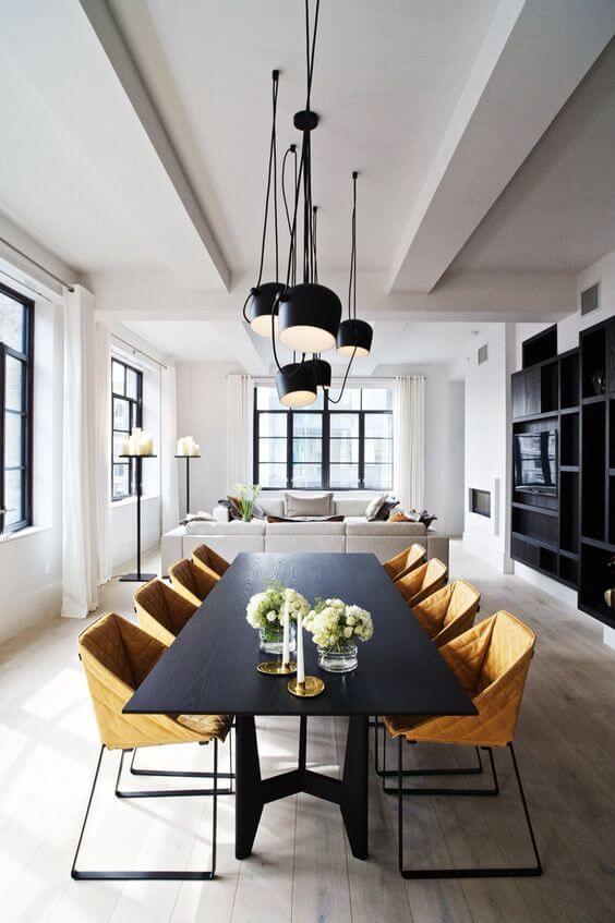 ダイニングチェアのからし色が際立っています。ブラックのテーブルを買うと椅子だけ買い換えるときに自由に選ぶことができるのは良い点ですね。