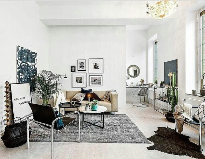白いフローリングで壁も白いので空間は明るいですね。雑貨を多めに置いて部屋に表情をもたらしています。サボテンもいい感じで置かれています。