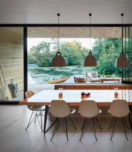イギリスのノーフォークにある孤立したラグーンに隣接して建てられた壮大なホテルです。受賞歴のあるPlatform 5 Architectsで設計された現代的な水辺の家は、プライベートラグーンのパノラマの景色を望む静かな環境に位置しています。