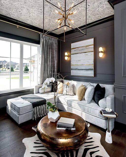 グレーの壁面に白いソファを配置すると見栄えがいいですね。