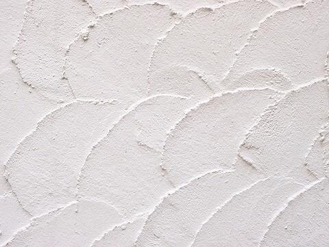 クロス壁の多い昨今と同様市販の漆喰にも接着剤などの樹脂材を使用しております。このため経年劣化による剥がれや色あせがどうしても出てきます。