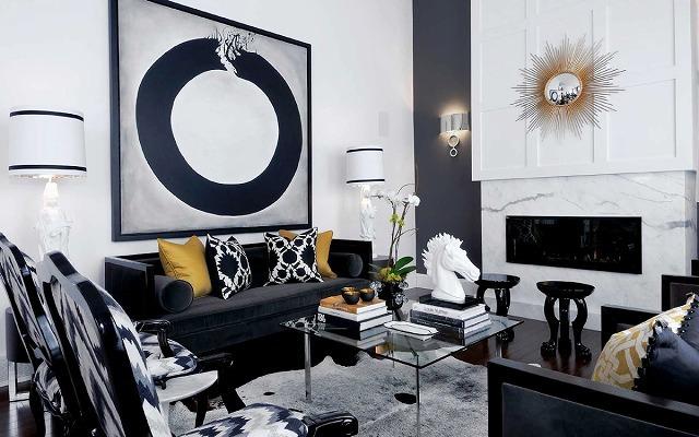 単色のカラーパレットでは、通常、興味深い1〜2色の太い色のスペースがあります。このデザイナーは、シックで豪華なリビングルームを作るために黒、白、金を使用しました。