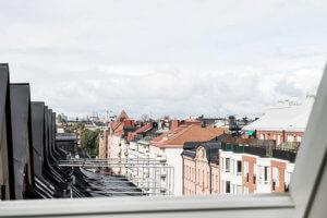 このアパートは屋根裏部屋であった場所のストックホルムの美しい歴史的な家の最上階に位置しています。