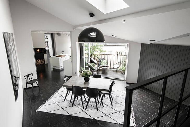 黒いタイルに白いキッチンでモノトーン朝です。白と黒のインテリアはアクセサリー1つまですべてをこだわって強い意志で選ばなくてはいけません。統一感が非常に重要になります。好みがぶれてしまうと必ずそれが部屋に現れてしまうからです。このアパートは屋根裏部屋であった場所のストックホルムの美しい歴史的な家の最上階に位置しています。