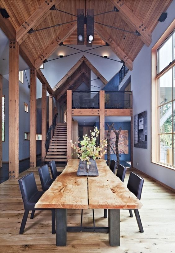 おそらく別荘のような家だと思われます。壁面がパープルに近いブルーで全て乗り込まれています。建具はフローリングよりやや濃い色で統一されています。天井はかなり高く4メートル以上ありそうです。