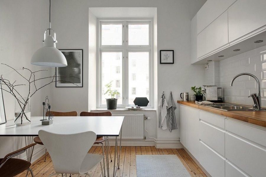 ライトブラウンからのフローリングにホワイトのキッチンです。キッチンのカウンター部分の天板がフローリング等の白になっているのでとても統一感のあるキッチンです。ダイニングチェアはセブンチェアを置いていますがこちらもホワイトとブラウンでコーディネートしています。非常に統一感があって北欧ならではの印象です。