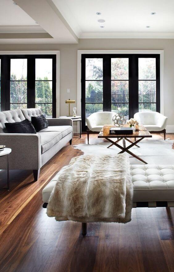 ソファーはライトグレーです。クッションでブラックを使っていますね。窓のサッシブラックなのでうまく統一感を演出しています。