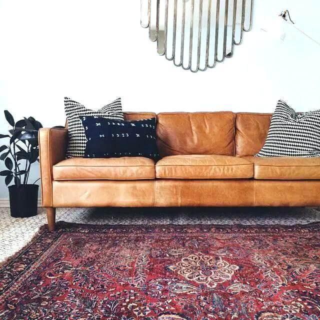 ラクダの革のソファラクダの革のラクダの革のソファは、豊富な伝統的な敷物と現代の鏡のラクダの裏のソファを覆っていますdivani casaチューリップの現代のラクダの革セクションソファ。