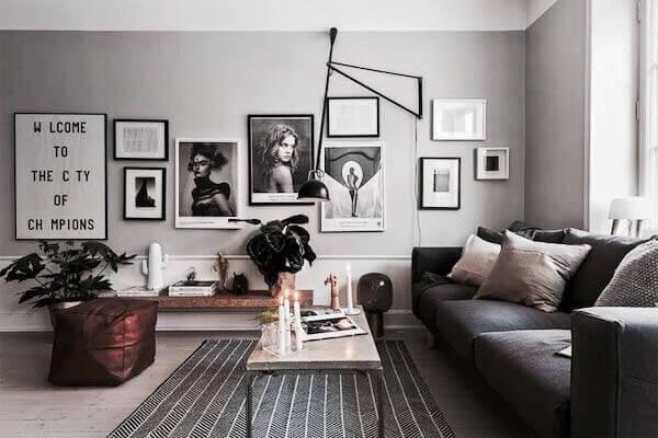 明るい色のフローリングにダークグレーのソファーでコーディネートされています。ガラス張りで寝室に行くことも可能です。おそらくは海外のアパートメントだと思われます。ダイニングテーブルとキッチンはホワイトで統一されています。基本的に窓はオイルヒーターを設置する分だけ床の部分は壁になりすべて後は窓になります。