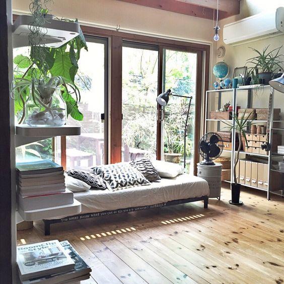 ライトブラウンからのフローリングに窓が連続しており光がたくさん差し込む小屋です。観葉植物もたくさん配置しておりナチュラルな印象です。