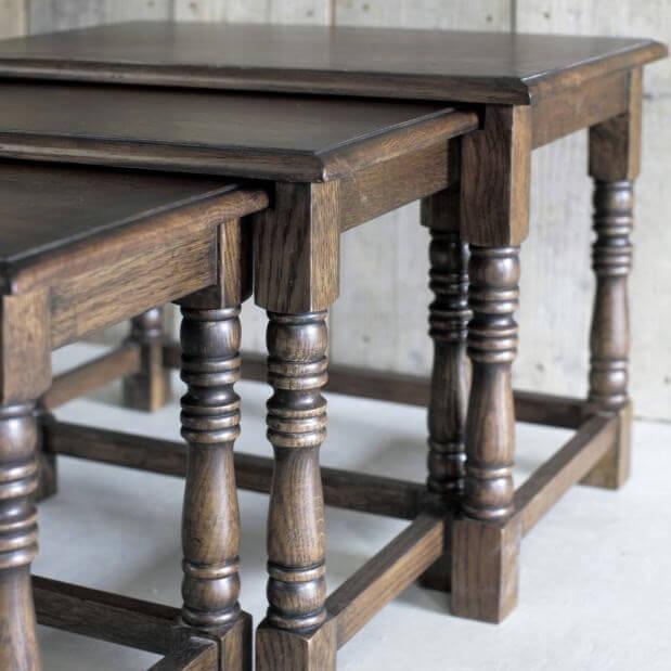 ネストテーブルとは、同じデザインで、サイズが異なり、入れ子式に3~4卓収納できるテーブルのことです。 「ネスト」とは入れ子式の一組の箱の意味で、一番大きなテーブルの下に同じ素材でできた小さいサイズのテーブルが入っています。 アンティーク家具でもネストテーブルは人気で、天板にタイルがあしらわれたものや、G-plan社製の
