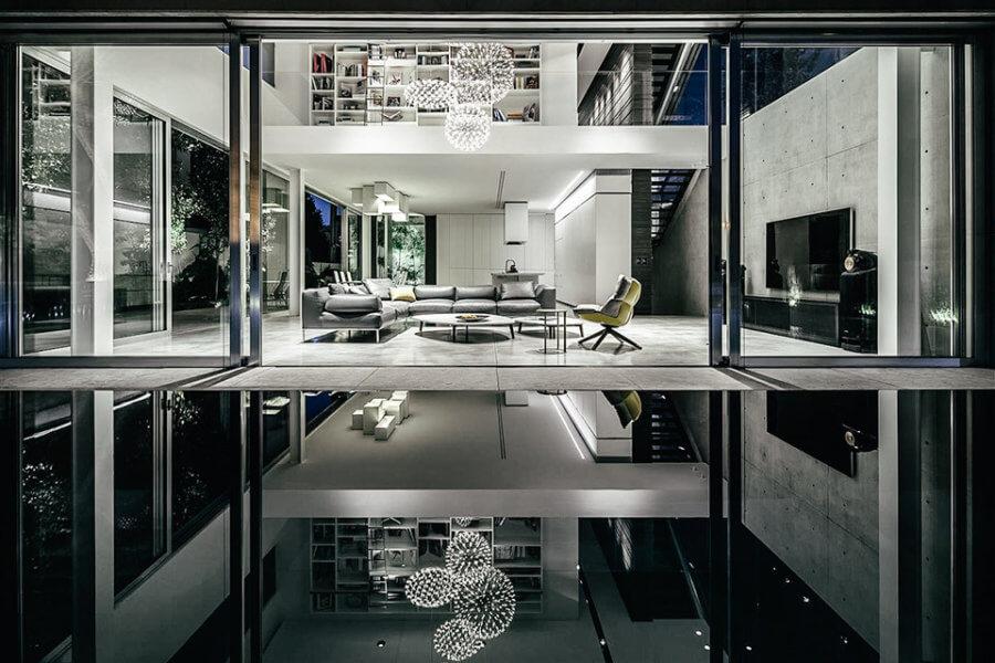 階段を2つに分けて階下の子供たちの生活エリアやベッドルームを収容する階にアクセスできます。キッチンにあるスタークの白いキャビネットは、イスラエル家のいたるところに飾られたスパラの装飾の舞台になっており、さまざまな植物の生息地やメディアの壁が色彩豊かになっています。