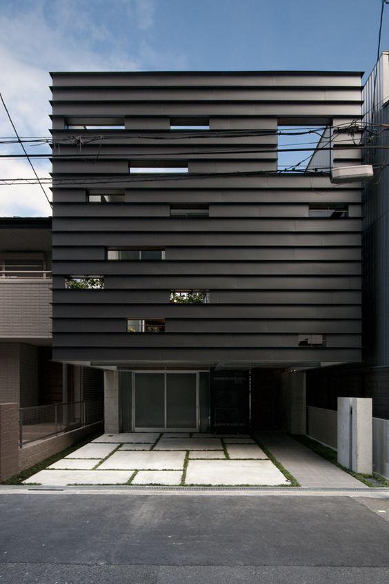 都心で生活するうえで、外壁を敷地一杯に配置し、内側にプライベートな庭を設ける、典型的な都市型住居の発想である。