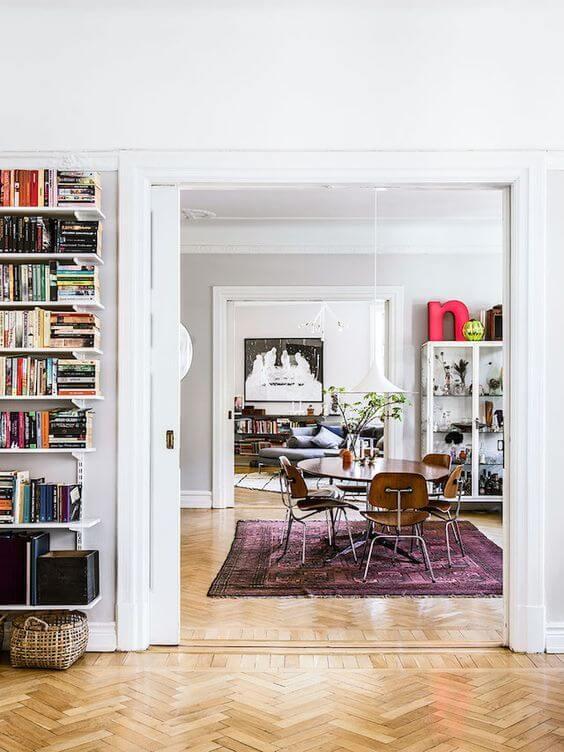 壁面に店を施行して本棚を作っています。ダイニングとリビングが独立した住宅です。大きめの丸テーブルを使用した海外のインテリア事例。