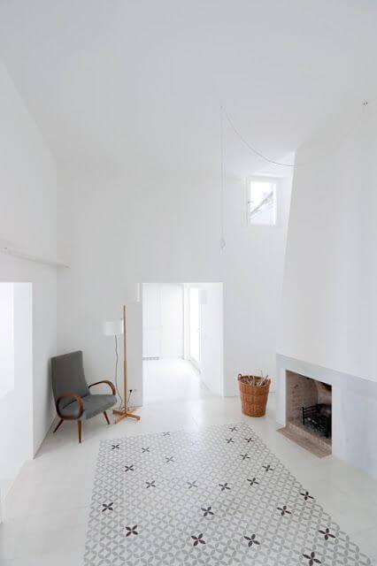 ラグマットのようにタイルを使っています。全体的にホワイトで統一されており開放感がある空間です。