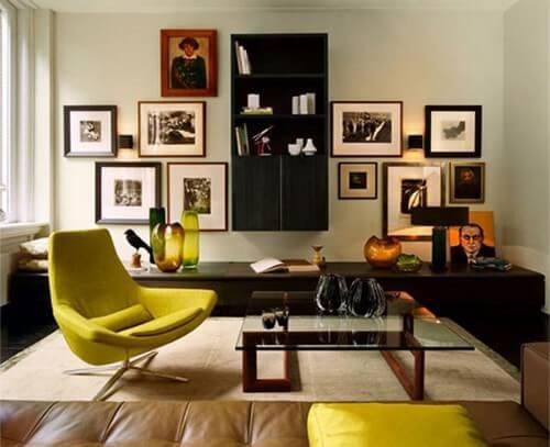 黒い床に黒いテレビボードと黄色のアクセントチェアでコーディネートされた空間。