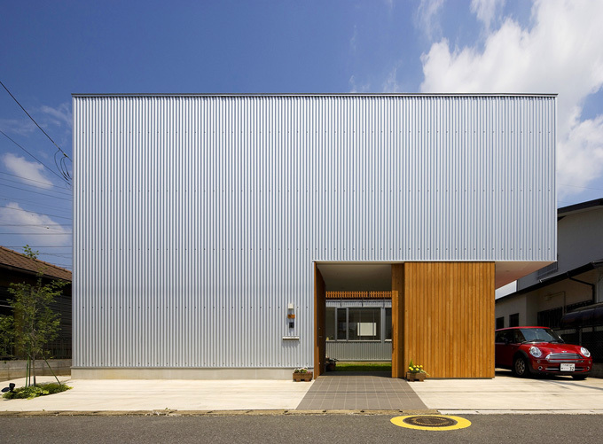金属的な質感と軽やかさを併せ持つ素材、ガルバリウム鋼板。耐久性が高い素材として、外壁材や屋根材に利用されることが多くあります。また、ガルバリウム鋼板が採用されるもう一つの理由として、その加工性と意匠性があります。色や形状にバリエーションが多く、建物をモダンな印象に仕上げることができることから人気があります。