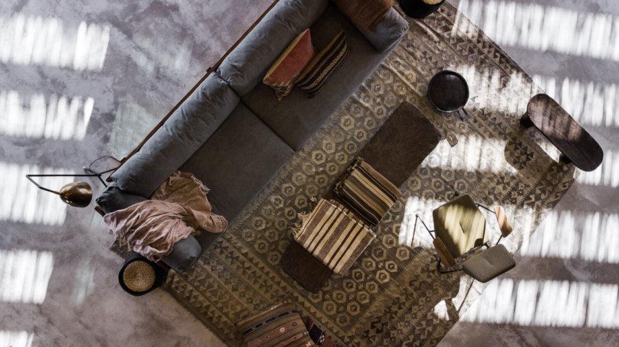 シンプルなデザインのソファとエスニックな敷物はメリハリがありラスティックモダンスタイルの王道といえます。
