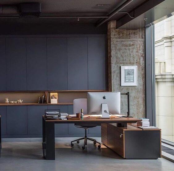 背面の収納がすっきりしているが飾れるスペースもありミニマリストに受ける空間。