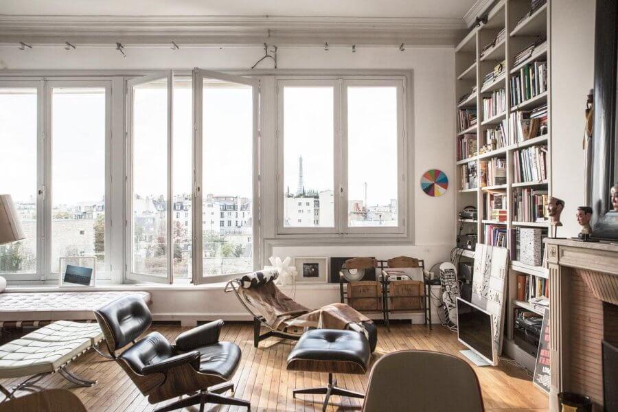 明るい床に大きな書棚とリビングチェアが配置しています。かしこまったイメージよりも自分がいかにリラックスして好きな本を読んだりして自分の時間を楽しむことができるかを考えているのではないでしょうか